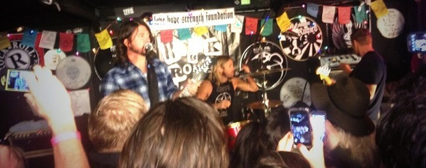 Foo Fighters faz show surpresa em pizzaria
