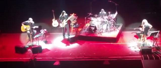 Metallica faz apresentação acústica