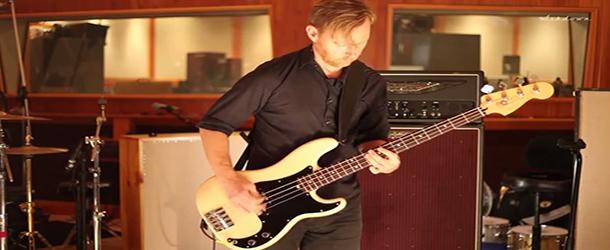 Veja baixista do Foo Fighters fazendo teste em estúdio