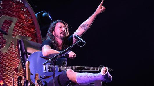 """Dave Grohl convida ortopedista para tocar """"Seven Nation Army"""" em show"""