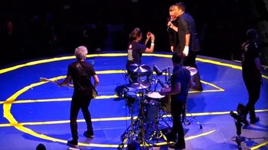 Veja U2 recebendo  Jimmy Fallon e The Roots no palco