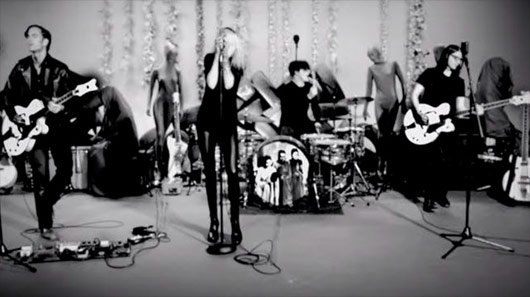 "The Dead Weather: performance ao vivo de ""I Feel Love (Every Million Miles)"""