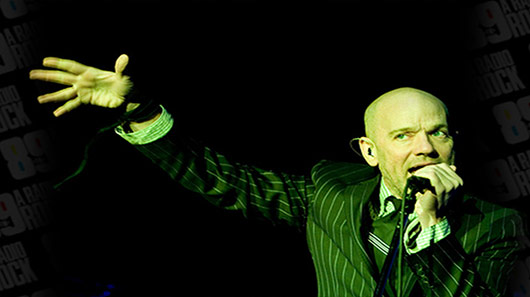 "Michael Stipe retorna aos palcos e canta ""Imagine"""