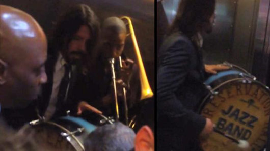 Veja performance de Dave Grohl tocando jazz dentro de elevador