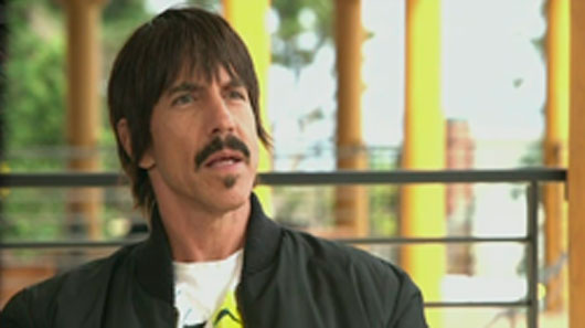 "Anthony Kiedis fala sobre o novo single ""Dark Necessities"""
