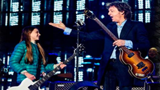 Paul McCartney  toca baixo com fã de 10 anos na Argentina