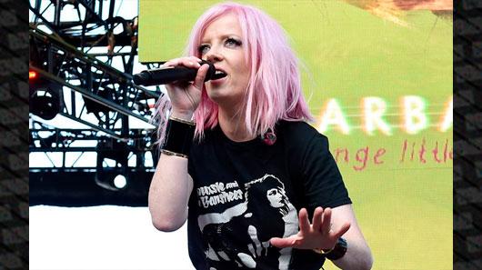 Shirley Manson, do Garbage, cai do palco e continua show