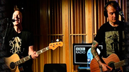 "Blink-182 tocam novo single e versão acústica de ""All The Small Things"" em rádio britânica"