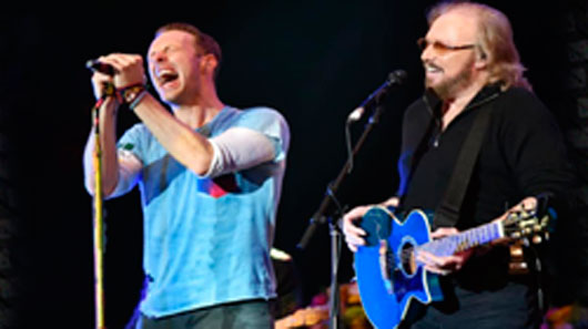 Barry Gibb, do Bee Gees, divide palco com Coldplay