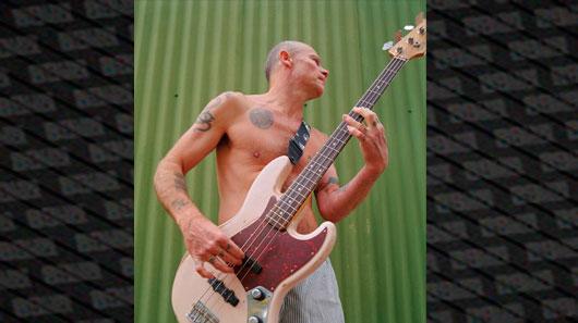 Fender anuncia novo baixo criado em parceria com Flea