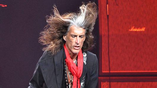"""Joe Perry, do Aerosmith, diz que """"está bem"""" depois de sofrer colapso"""