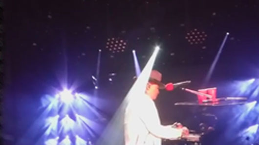 "Axl Rose interrompe ""November Rain"" por piano quebrado"