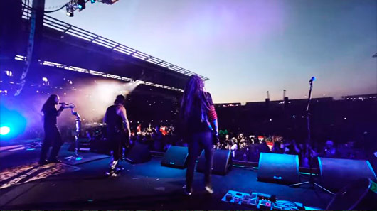 "Korn libera vídeo de ""Rotting In Vain"" ao vivo"