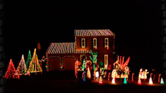 """Luzes de Natal sincronizadas com tema de """"Thunderstruck"""" do AC/DC"""