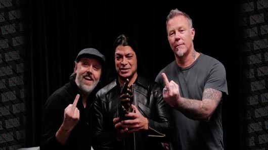 Vídeo: Metallica agradece prêmio mostrando dedo médio