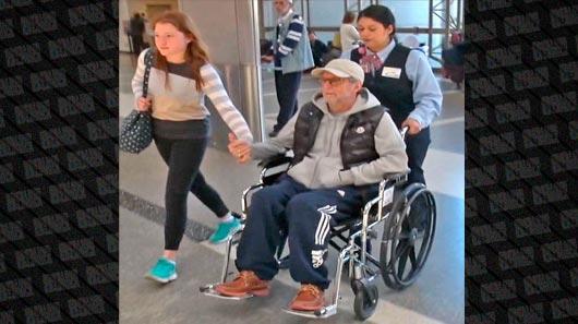 Eric Clapton é flagrado em cadeira de rodas