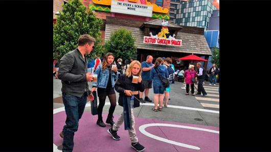 Brad Pitt passeia com filhos de Chris Cornell em parque temático