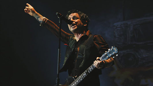 Billie Joe Armstrong, do Green Day, regrava canção de protesto de John Lennon contra classe política