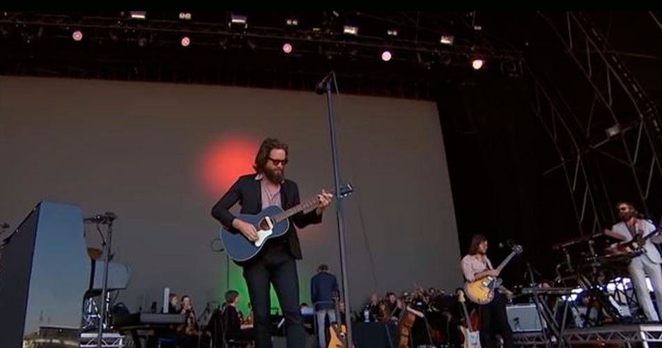 "Assista: Father John Misty lança clipe de ""God's Favorite Customer"""