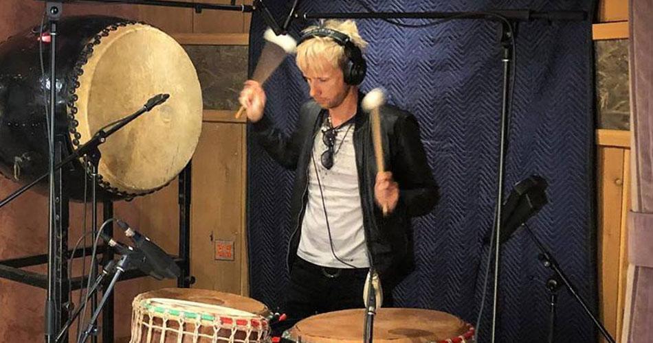 Muse publica foto e vídeo de Dominic Howard em estúdio