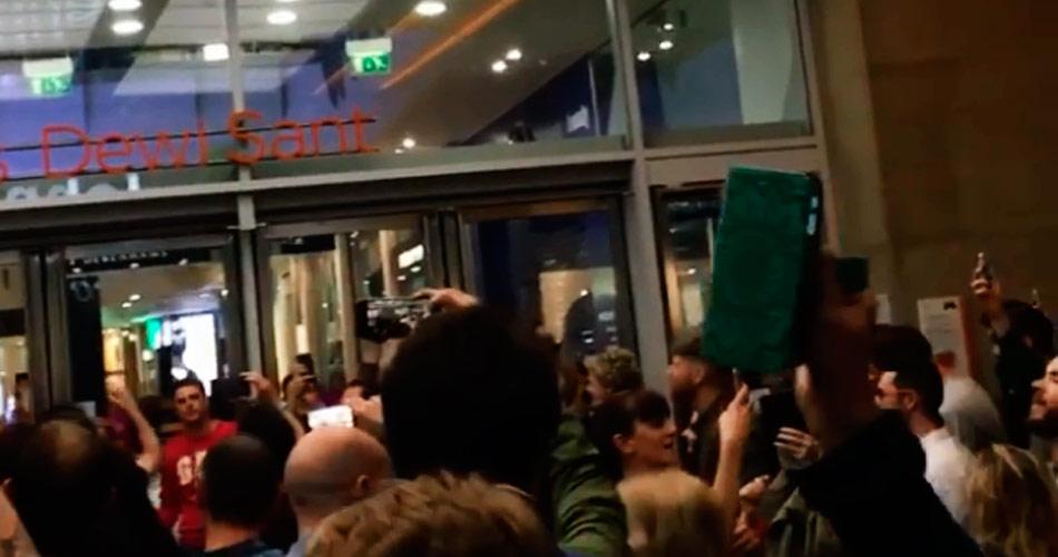 """Vídeo: fãs de Noel Gallagher se reúnem para cantar """"Wonderwall"""", do Oasis"""