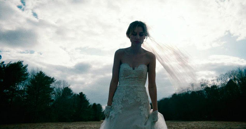 Noiva em fuga no novo clipe do Wolf Alice