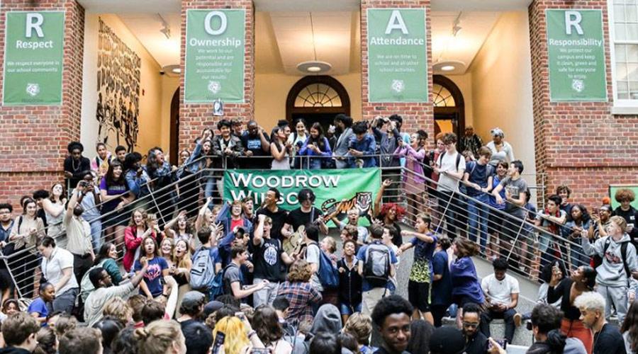 Jack White surpreende estudantes com show surpresa em pátio de escola