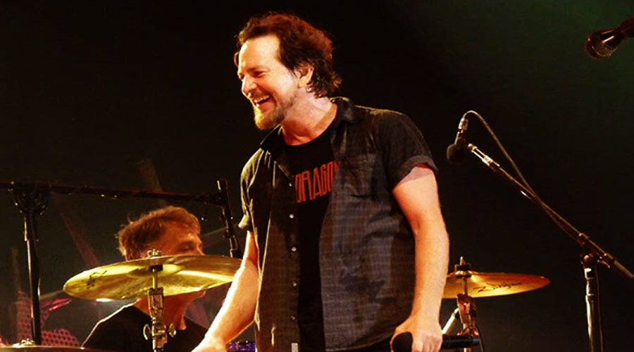 Eddie Vedder usa prêmio da MTV para segurar porta de casa, revela vocal do Pop Evil
