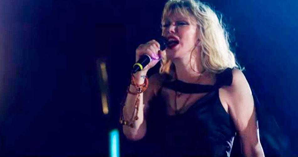 """Vídeo: Courtney Love toca """"Celebrity Skin"""" com mil músicos"""