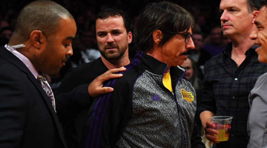 Anthony Kiedis é expulso de jogo do Los Angeles Lakers ao perder paciência com jogador do Houston Rockets