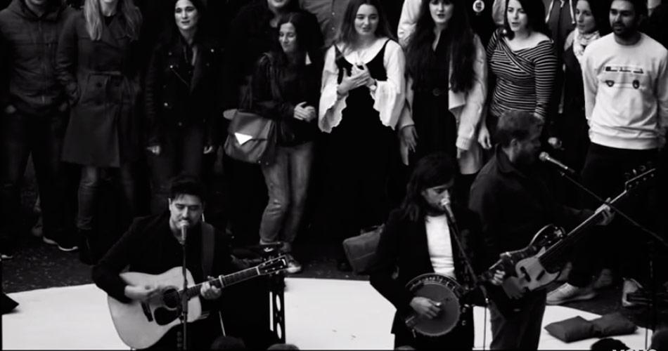 Mumford & Sons libera clipe gravado ao lado de fãs