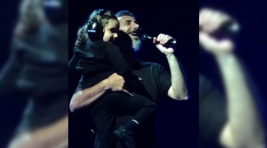 System of a Down: Serj Tankian canta com seu filho de 4 anos no colo