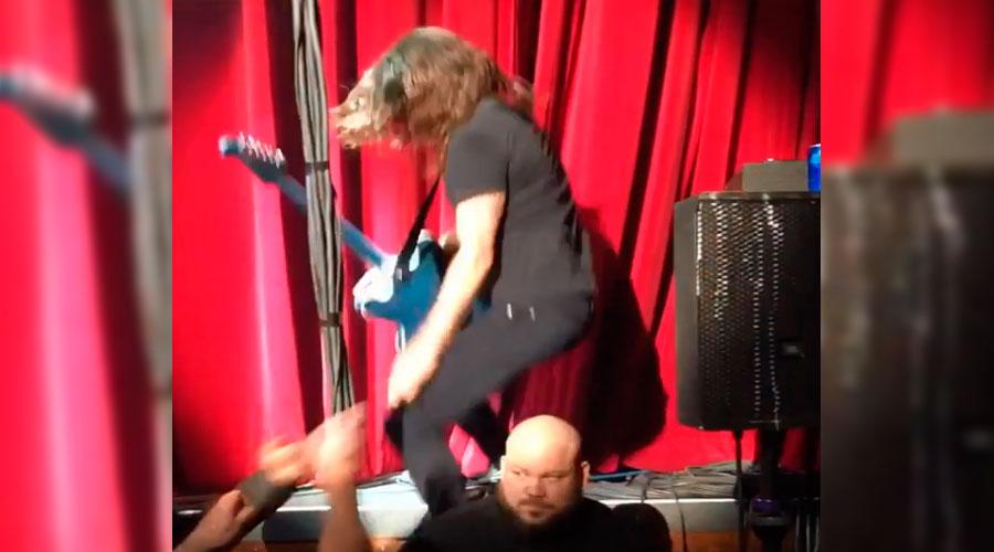 Dave Grohl faz graça e cai do palco em show do Foo Fighters