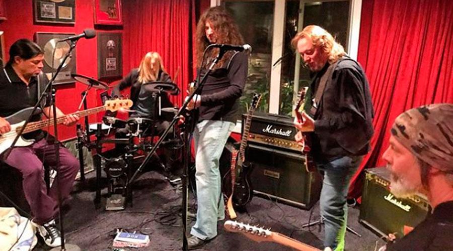 Foto mostra supergrupo com integrantes do Metallica e Foo Fighters