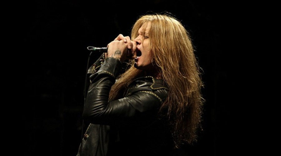 "Vídeo: Sebastian Bach mostra que continua com vocal afiado em performance de ""I Remember You"""