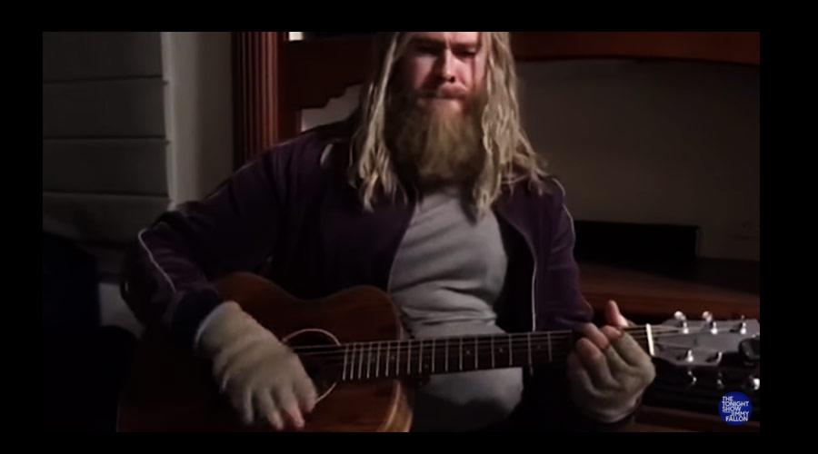 """Vídeo mostra """"Thor Gordo"""" tocando o clássico """"Hurt"""""""