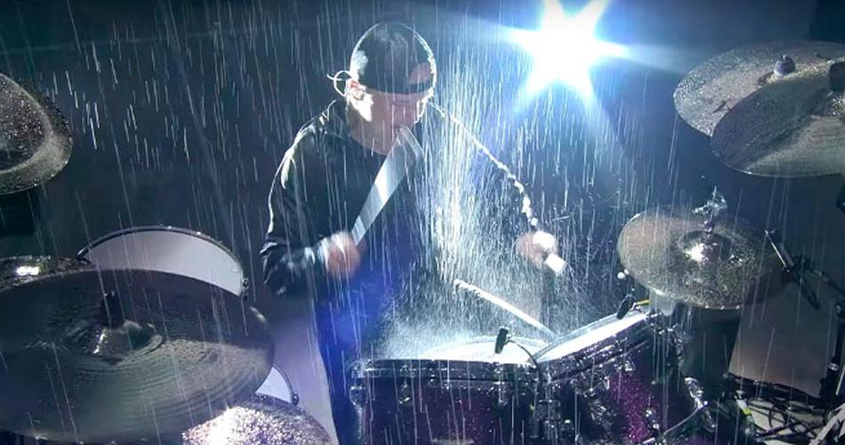 """Veja Metallica tocando """"Master Of Puppets"""" debaixo de chuva"""