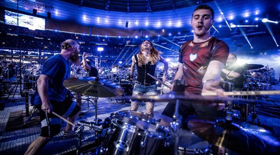 """Vídeo: """"We Will Rock You"""", do Queen, é tocado por mil músicos"""