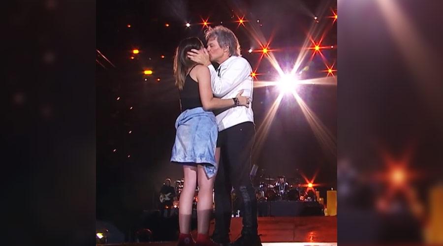 Fã beijada por Jon Bon Jovi ganha bolsa de inglês, depois de não entender o que ele falou