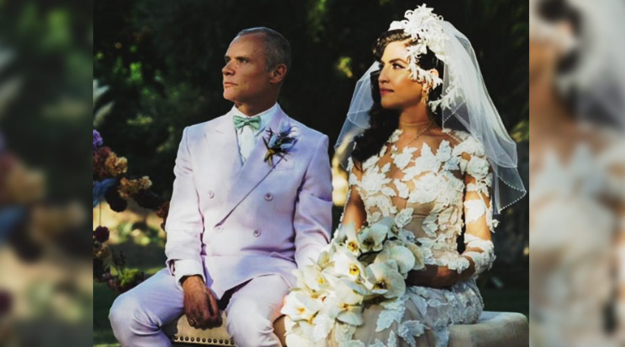 Flea, do Red Hot Chili Peppers, compartilha com fãs foto de seu casamento