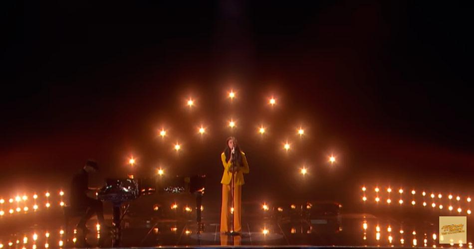 """Norueguesa de 13 anos faz cover de Elton John e é aplaudida em pé pelos jurados do """"America's Got Talent"""""""