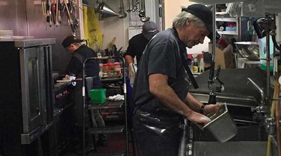 Jon Bon Jovi lava louças em restaurante e pede para que cada um faça o que pode
