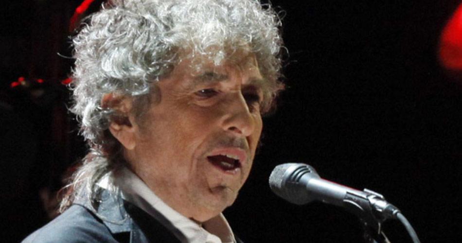 Bob Dylan se torna o cantor mais velho a liderar a parada britânica