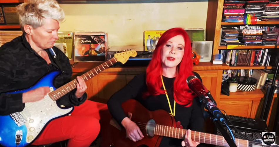 "Kate Pierson brilha em evento on-line com versão intimista de ""Roam"", do B-52's"