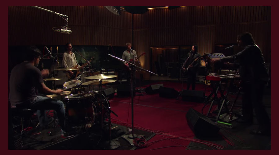 "Queens Of The Stone Age: ""From The Basement"" libera performance de ""Turning On The Screw"""