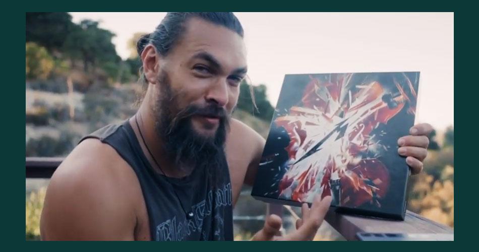 Jason Momoa, o Aquaman do cinema, se emociona ao receber o novo trabalho do Metallica
