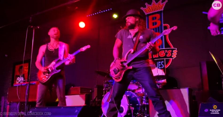 Vídeo: Jason Momoa faz performance no baixo em clube de Nashville