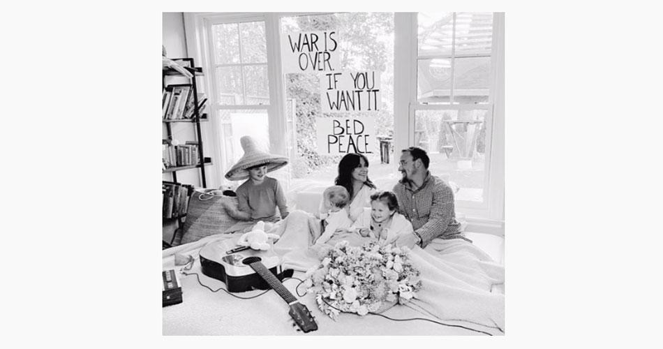 """Ouça: Alanis Morissette faz nova versão para """"Happy Xmas (War is over)"""" de John Lennon"""