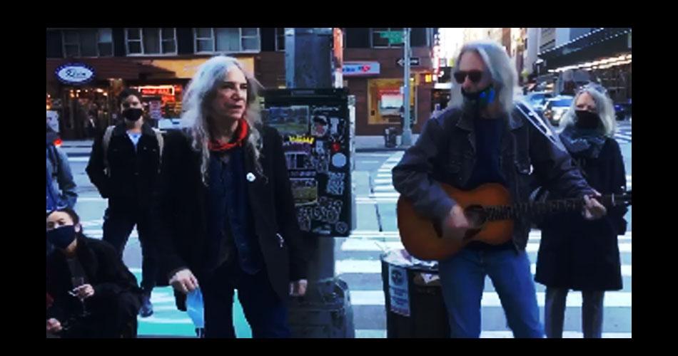 "Vídeo: Patti Smith canta ""People Have The Power"" nas ruas de Nova York"