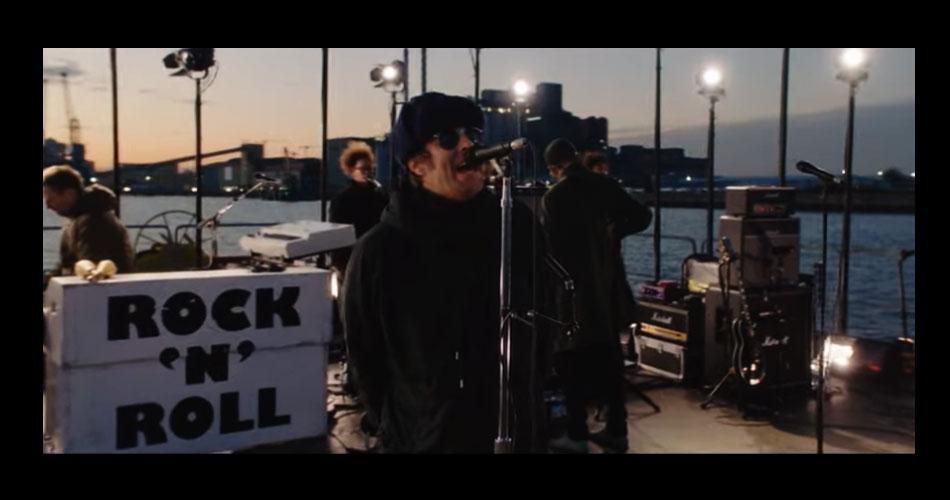 Vídeo: Liam Gallagher toca seu 1º single de natal enquanto navega pelo Rio Tâmisa